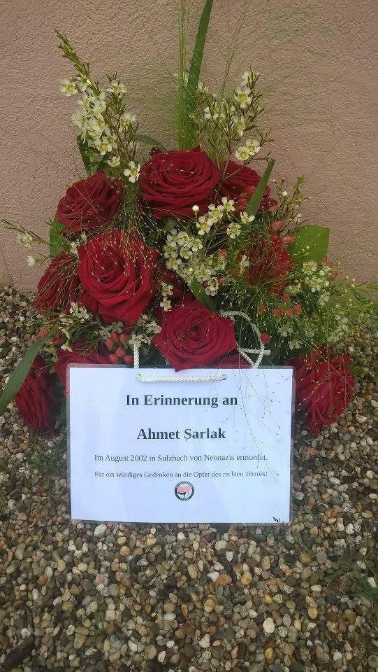 Blumengedeck am Tatort des rassistischen Mordanschlags an Ahmed Sarlak (2016).